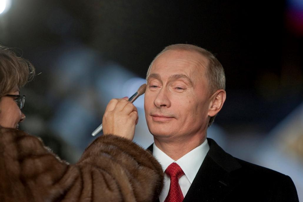 Vlagyimir Putyin orosz elnököt sminkelik 2007. december 27-én, mielőtt megtartaná szokásos újévi beszédét a Kremlben.