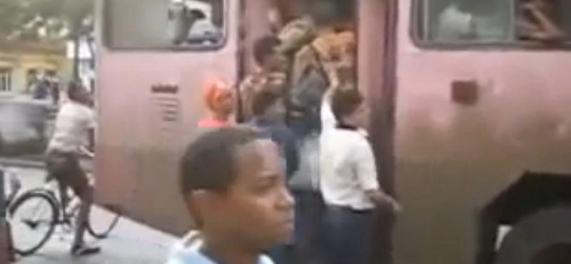 Durva: így kell feltuszkolni az utasokat egy kubai autóbuszra – videó