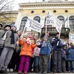 Elveszik a juttatásokat, utcára vonulnak a pécsi pedagógusok