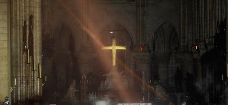 A párizsi tűzoltók is bejelentették: megfékezték a tüzet a Notre-Dame-nál