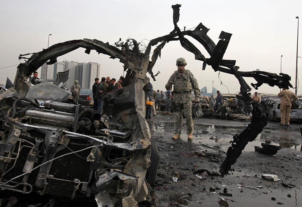 Amerikai katona vizsgálja a helyszínt 2009. december 29-én, miután gépkocsiba rejtett pokolgép robbant Bagdadban, a közlekedési minisztérium parkolójában. A detonáció következtében négy ember megsebesült.