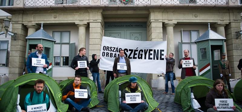 Tüntetők körében zajlott az őrségváltás a Sándor-palotánál