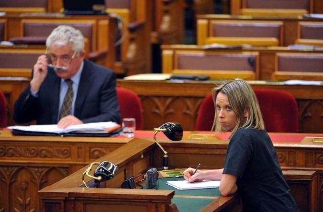 Gyorsíró jegyzetel az ülésteremben az Országgyűlés plenáris ülésén.