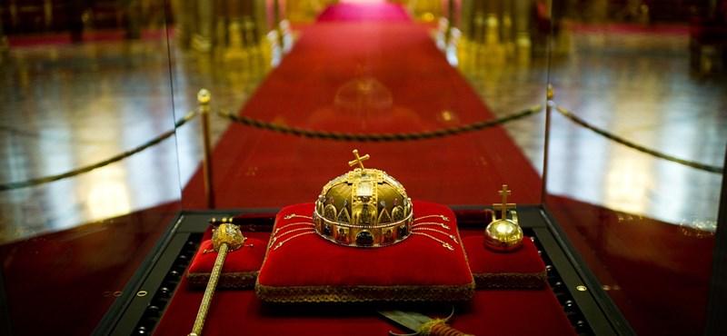 A korona is megy a Várba?