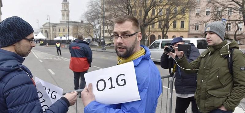 Videó: Biztonsági őr verte le a DK-s aktivista szemüvegét a Várkert Bazárnál