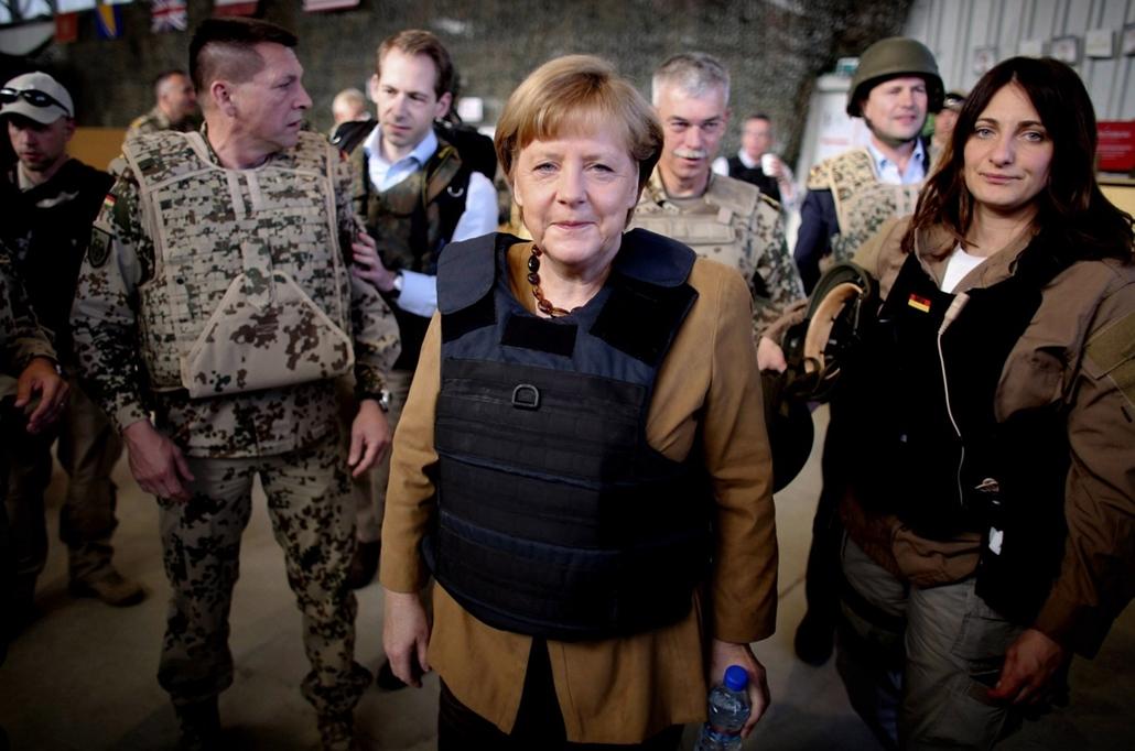 Angela Merkel Afganisztánban - Kunduz, 2013. május 10. Angela Merkel német kancellár és Thomas de Maiziére védelmi miniszter (b) az Afganisztánban elesett német katonák emlékfalánál az észak-afganisztáni Kunduzban 2013. május 10-én. Merkel és Thomas de Ma