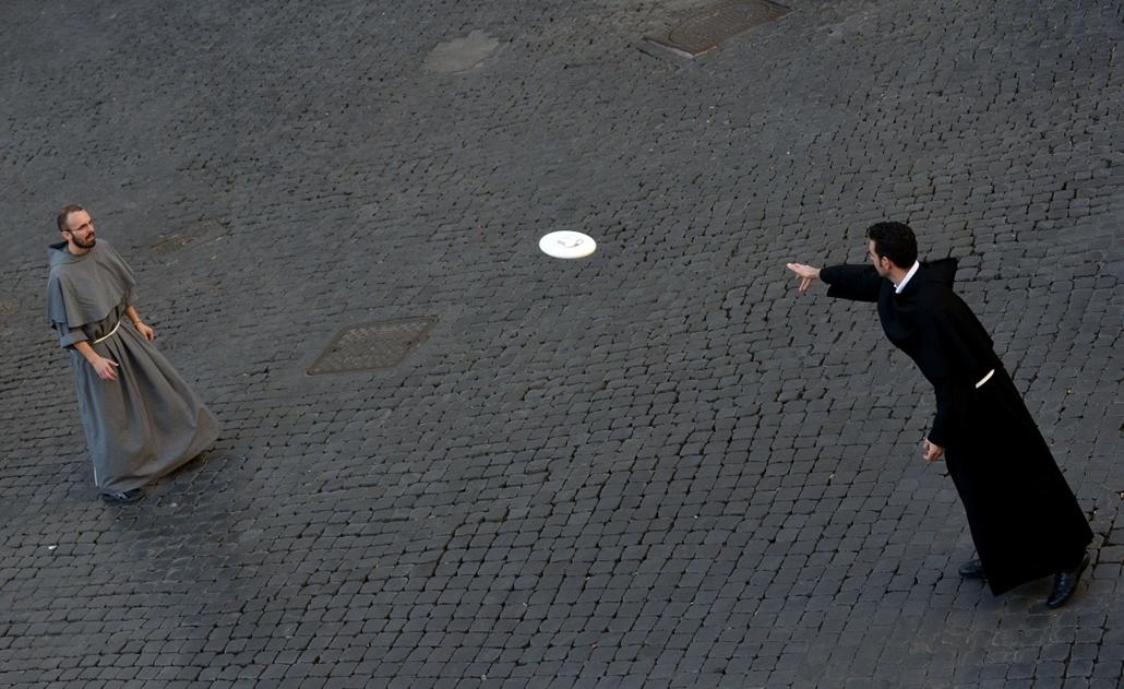 afp. hét képei - Róma, Olaszország, 2014.11.09. Friars play frisbee at Piazza Santi Apostoli on November 9, 2014 in Rome.