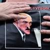 Már viszik el a rendőrök az ellenzékieket Minszkben