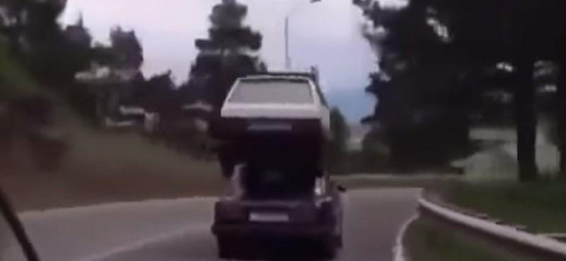 Videó: Ennél oroszosabb megoldással nem lehet szállítani egy Lada Samarát