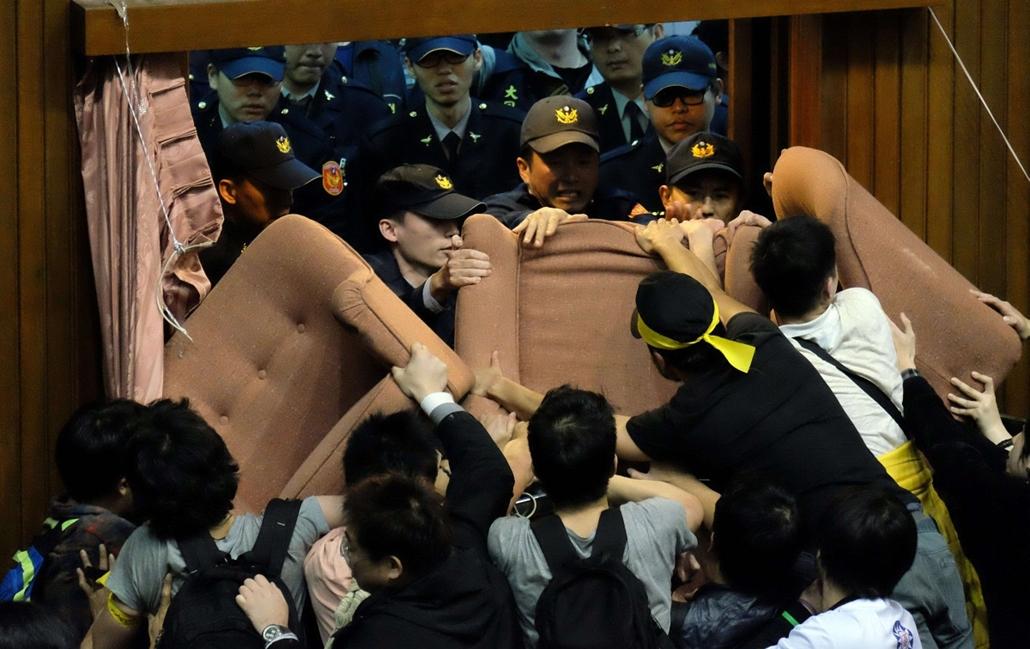 afp.14.03.19. - Tajvan: diákok szállták meg a parlament épületét, hogy tiltakozzanak a Kínával kötött kereskedelmi szerződés ellen. - 7képei