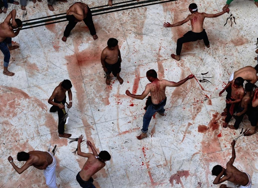 afp. siíta muzulmán férfiak ostorozzák magukat Újdelhi, 2014.11.04. India, Indiai síita muzulmán férfiak ostoros magukat a belső udvaron egy helyi mecset a végén egy Ashura felvonulás a régi negyedében New Delhi november 4-én, 2014. Több ezer hívő gyűlt ö
