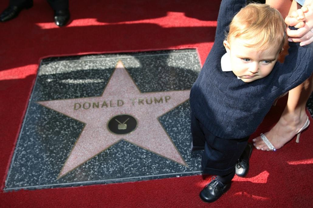 afp.07.01.16. - Hollywood, USA: Donald Trump tíz hónapos fia, Barron édesanyjával, Melaniaval a 2327. csillag előtt a hírességek sétányán 2007 januárjában. - Donald Trump nagyítás