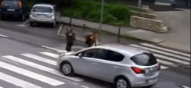 Hajszálon múlt a tragédia egy kecskeméti zebrán – videó