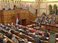 A kormánypártok már csak nevettek az ellenzék harmadik ingyentesztet követelő kérdésen