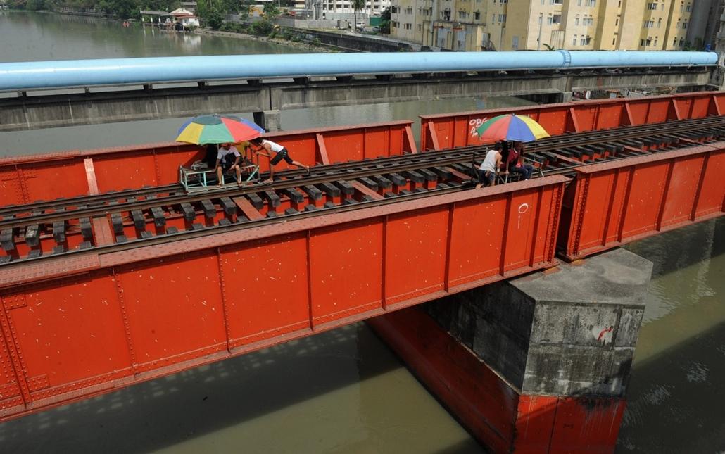 afp.14.05.13. - Manila, Fülöp-szigetek: hajtányok a város vasútvonalain - 7képei