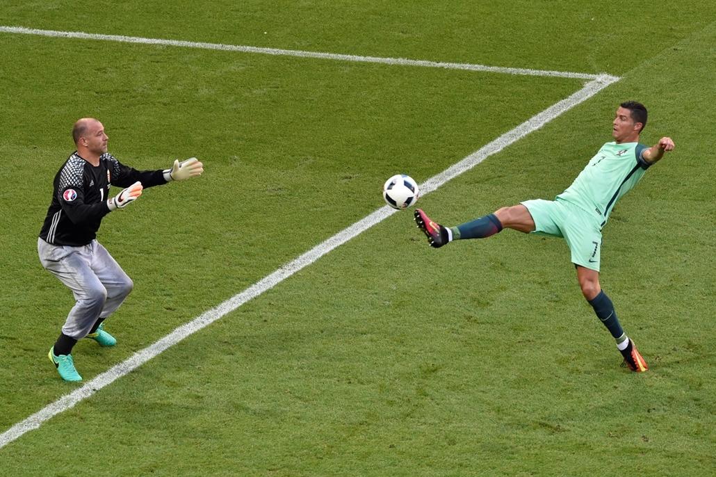 afp. 16.06.22. Király Gábor és Christiano Ronaldo a Magyar-Portugál meccsen.