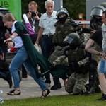 Százezren vonultak Lukasenka rezidenciájához, figyelmeztető lövésekkel fogadták őket