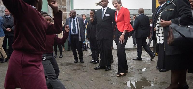 Hipnotikus látvány, ahogy a brit miniszterelnök táncol