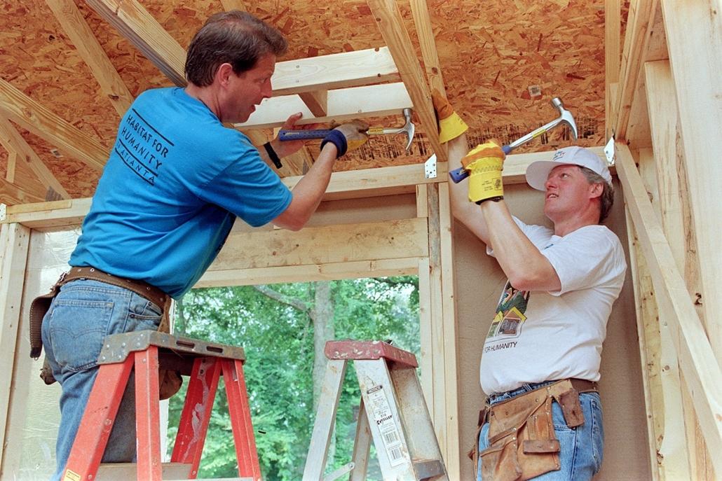 1992.08.19. - Al Gore és Clinton családjukkal házat épít a ''Habitat for Humanity'' projekt keretein belül. - CLNTNAGY