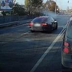 Videó: Szembe sávban nyert időt, a kocsisort és a piros lámpát is letudó autós a Soroksári úton