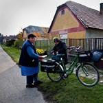 Már viszik a postások a nyugdíjasok Erzsébet-utalványait