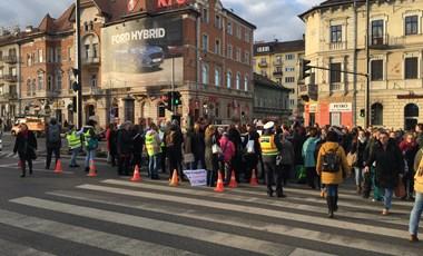 """""""A tanár nem NATár!"""" - elkezdődött a többnapos tüntetés az új Nemzeti alaptanterv ellen"""