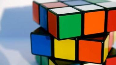 Akármennyire hízelgő nekünk, nem menő Rubik kockázni vezetés közben