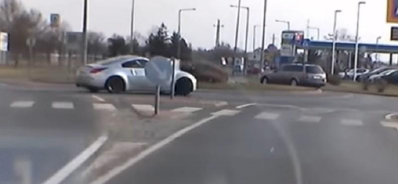 Videó: egy sportkocsi driftelve vette be a körforgalmat Szombathelyen