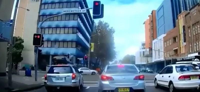 Tilosban előzött a sofőr, aztán jött a kellemetlen meglepetés – videó