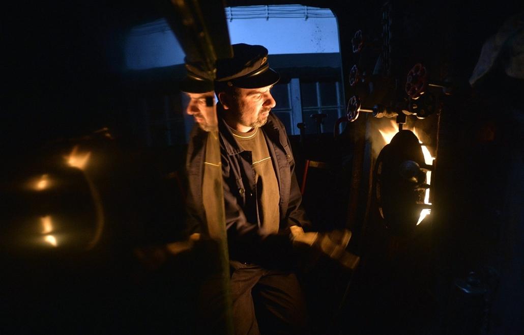 a hét képe nagyítás-fotógaléria kép - Dani Szabolcs mozdonyvezető éjszakai szolgálatán a gőzmozdony kazánjának fűtését ellenőrzi a fertőbozi fűtőháznál 2013. szeptember 29-én. A Győr-Sopron-Ebenfurti Vasút Zrt. (GYSEV) által üzemeltetett, Fertőbozról Nagy