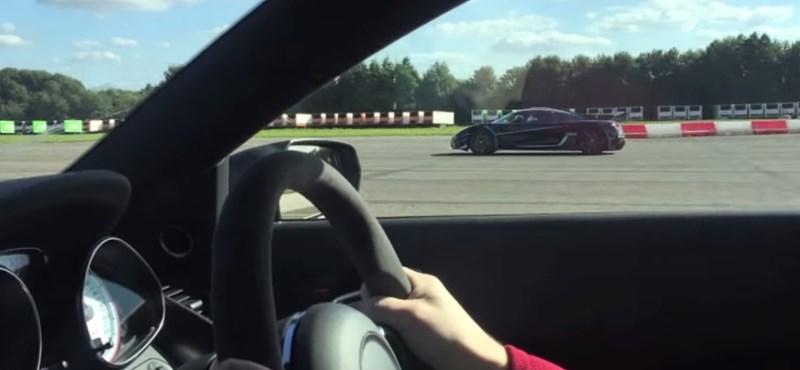 Így alázza meg a Koenigsegg One:1 az Audi R8-at – videó