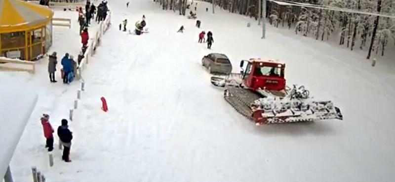 Fotó: Valaki kocsival hajtott a kékestetői pályára, ahogy kell, ott is ragadt
