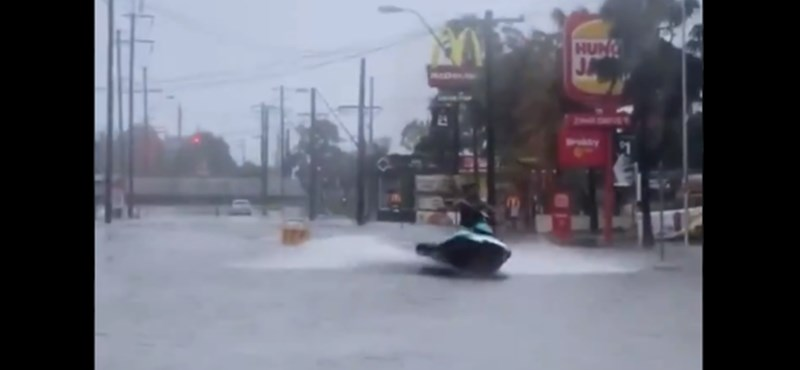 Szó szerint meglovagolta az ausztrál esőzések hullámait egy jet ski-s