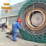 Ez profi: így kell feltenni a láncot egy 24 tonnás rakodógépre – videó