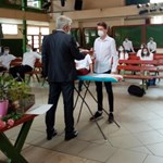 Zseniális fotó: így tartott évzárót egy budaörsi iskola tanára