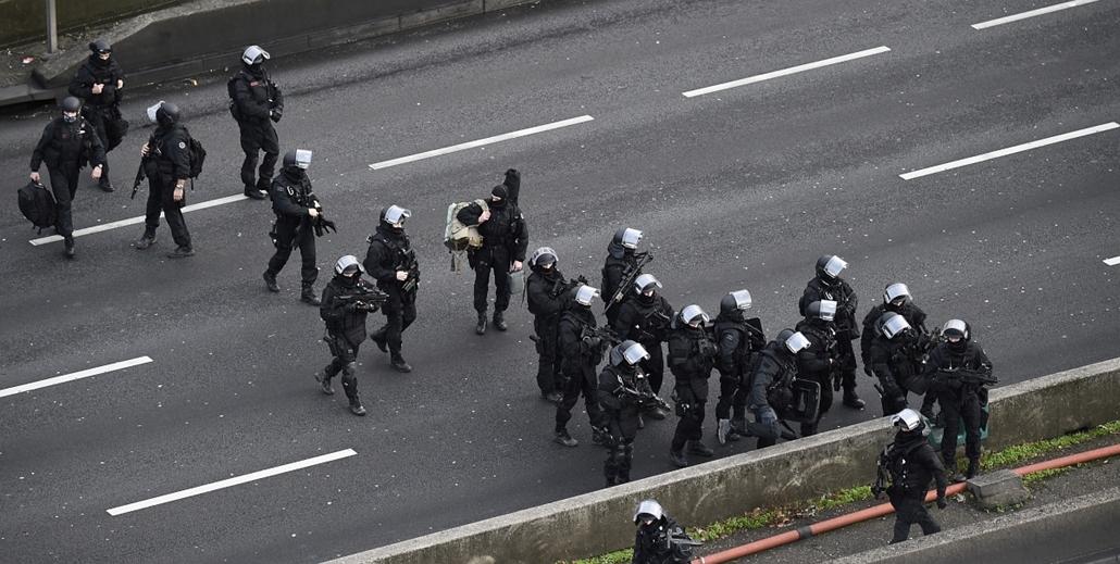 """afp. vágva -  kóser bolt,  Porte de Vincennes - lövöldözés Párizsban, Párizsi vérengzés, Charlie Hebdo, túszejtés, túszdráma, Dammartin-en-Goele, 2014.01.09. Members of the French police special force RAID gather on the """"peripherique"""" (circular road) in P"""