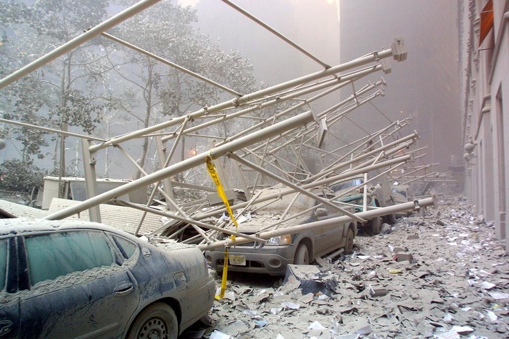 afp.01.09.11. , Törmelékkel betemetett autók hevernek New York utcáin.