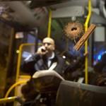 Egy busz utasaira kezdett el lövöldözni, utána késelt is a fiatal terrorista Izraelben