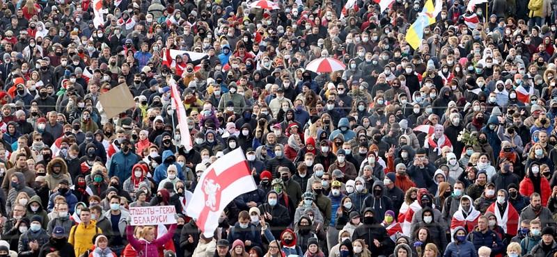 Hiába fenyegettek lövetéssel Lukasenkáék, vasárnap is tízezrek vonultak az utcára Minszkben