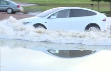 Vizet biztosan nem szív a Tesla motorja, de attól még elég bátor víz alá menni vele – videó