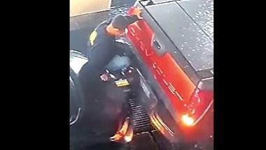 Egy életre megjegyzi első munkanapját az autómosóban ez a férfi – videó