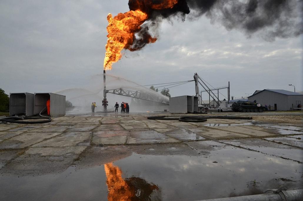 a hét képe nagyítás-fotógaléria kép - A Mol kitöréselhárítási csapatának szakemberei égő gázkút oltását gyakorolják a szolnoki kitörésvédelmi tanpályán 2013. október 2-án.
