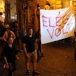 Üvöltenek, vizelnek, hánynak: Tüntettek a zaj miatt a bulinegyed lakói – videó