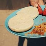 Rántottát sütött egy ferencvárosi játszótér lemezcsúszdáján a Kétfarkú Kutya Párt - videó