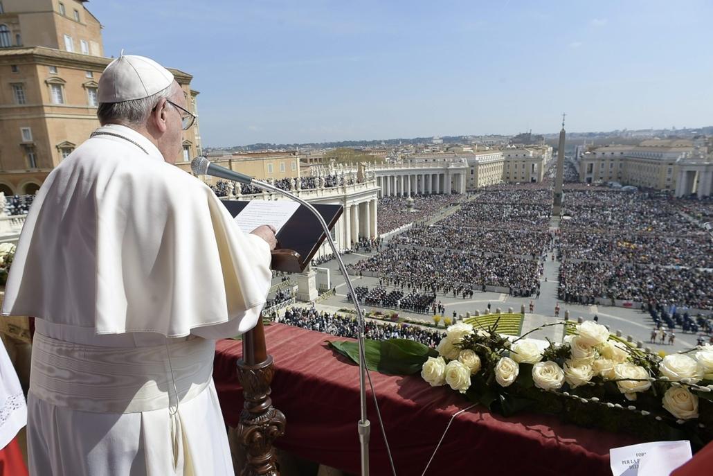 afp.16.03.27. - Vatikánváros: Ferenc pápa a Róma városának és a világnak (Urbi et Orbi) szóló áldását adja a vatikáni Szent Péter-bazilika erkélyéről. - húsvét, nagyítás, Vatikán