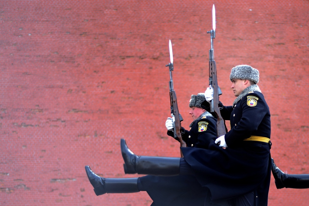 afp. hét képei - 2014.04.09. RUSSIAN FEDERATION, Moscow : Soldiers of the Presidential Regiment march during the Change of Guard ceremony at the Tomb of the Unknown Soldier in Moscow, on April 9, 2014.