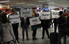 A szocialisták várták Ferihegyen a húsvétra hazatérő magyarokat