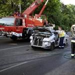 Miért borult fel a 26 tonnás létrás tűzoltóautó?