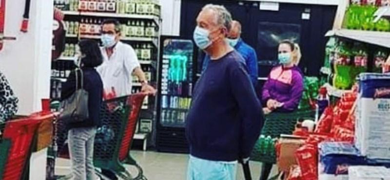 Maszkban és fürdőnadrágban állt sorban egy boltban a portugál elnök