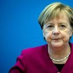 Merkel az ausztrál miniszterelnök mellett ülve olvasgatta, mit is kell tudnia a politikusról
